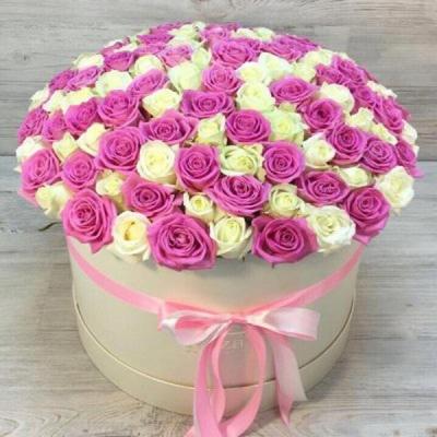 Шляпная коробка из 101 белой и розовой розы