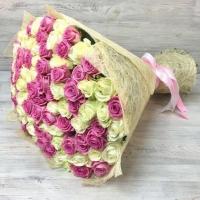 Букет из 101 белой и розовой розы (60 см)