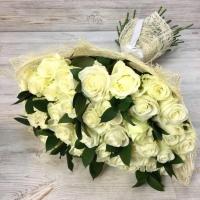 Букет из 29 белых роз (60 см) с зеленью