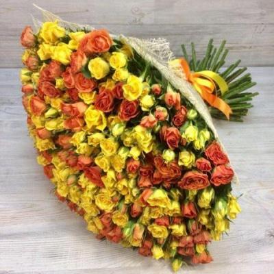 Букет из 101 желтой и оранжевой кустовой розы