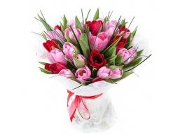 Букет из 25 разноцветных тюльпанов в оформлении