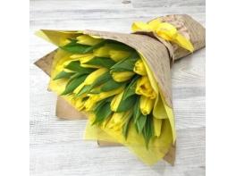 Желтые свежие цветы тюльпаны в букете 25 шт