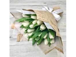Букет из 25 белых тюльпанов с атласной лентой