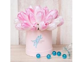 Нежно-розовые тюльпаны в коробке
