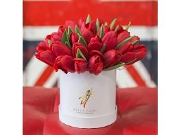 Композиция красные тюльпаны в шляпной коробке