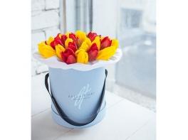 Шляпная коробка с красными и желтыми тюльпанами