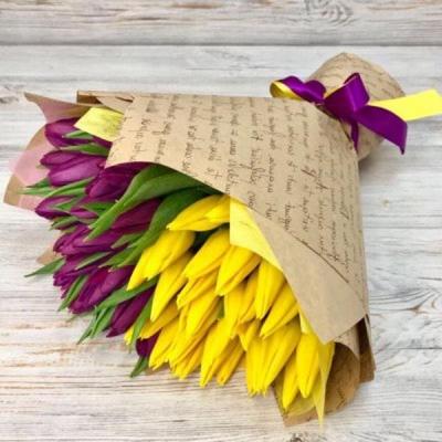 Букет из 51 желтого и фиолетового тюльпана