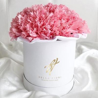 Розовые гвоздики в белой шляпной коробке