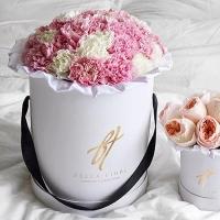 Розовая и белая гвоздика в белой коробке