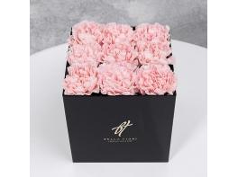 Розовые гвоздики в черной коробке