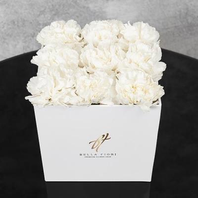 Белые гвоздики в белой коробке