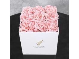 Розовые гвоздики в белой коробке