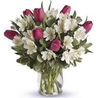 Букет с альстромерией и тюльпанами в вазе
