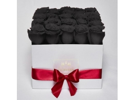 25 черных роз в белой коробке