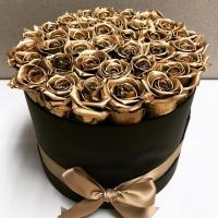 35 золотых роз в шляпной коробке
