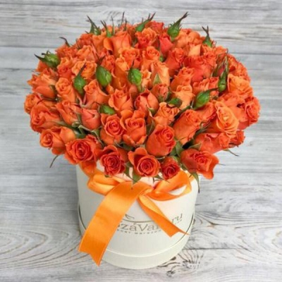Шляпная коробка с оранжевыми кустовыми розами