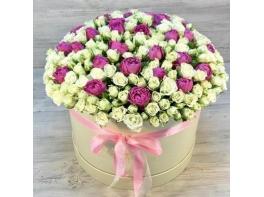 Белые и розовые кустовые розы в большой коробке