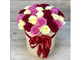 Шляпная коробка из 29 разноцветных роз