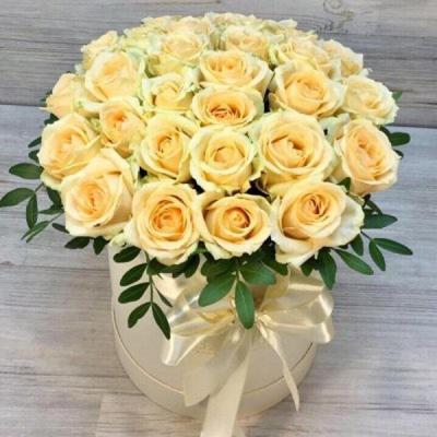 29 персиковых роз в шляпной коробке