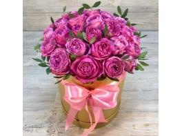 Шляпная коробка из пионовидных сиреневых роз