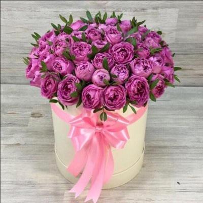 Сиреневые пионовидные розы в шляпной коробке