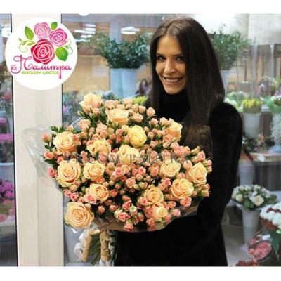 Букет 51 роза: кремовая + кустовая розовая