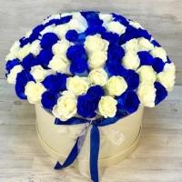 Шляпная коробка из 101 белой и синей розы