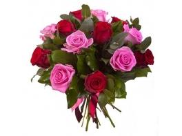 Букет из 15 красных и розовых роз «Очарование»