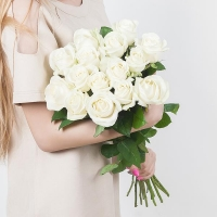15 белых роз (70 см)
