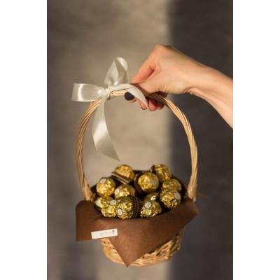 Сладкий букет из конфет Ферреро Роше в корзине №2