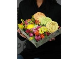 Коробочка с цветами и сладостями №4