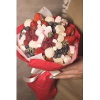 Букет из ягод и сладостей