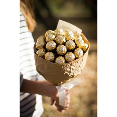 Сладкий букет из конфет Ферреро Роше