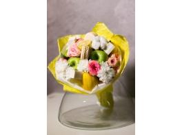 Букет из фруктов роз и макарон