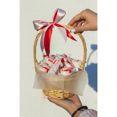 Сладкий букет из конфет Рафаэлло в корзине