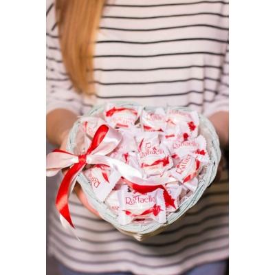 Сладкий букет из конфет Рафаэлло в корзине №3