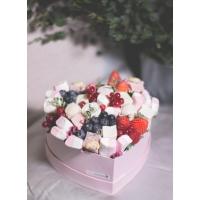 Коробка в виде сердца со сладостями и клубникой