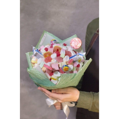 Сладкий букет из конфет зефира и мармелада